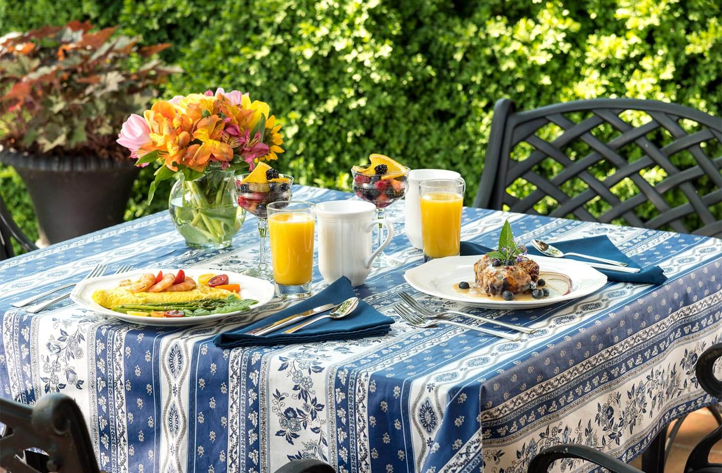 Outdoor table with full breakfast at our Cheaspeake Bay bed and breakfast