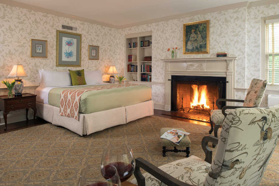 Room with bed and firplace at Great Oak Manor